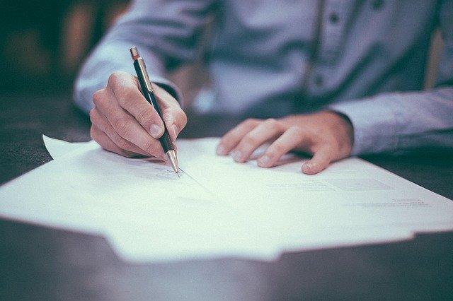 Consegna delle firme per l'istituzione di una sala del Commiato anche a Cuneo