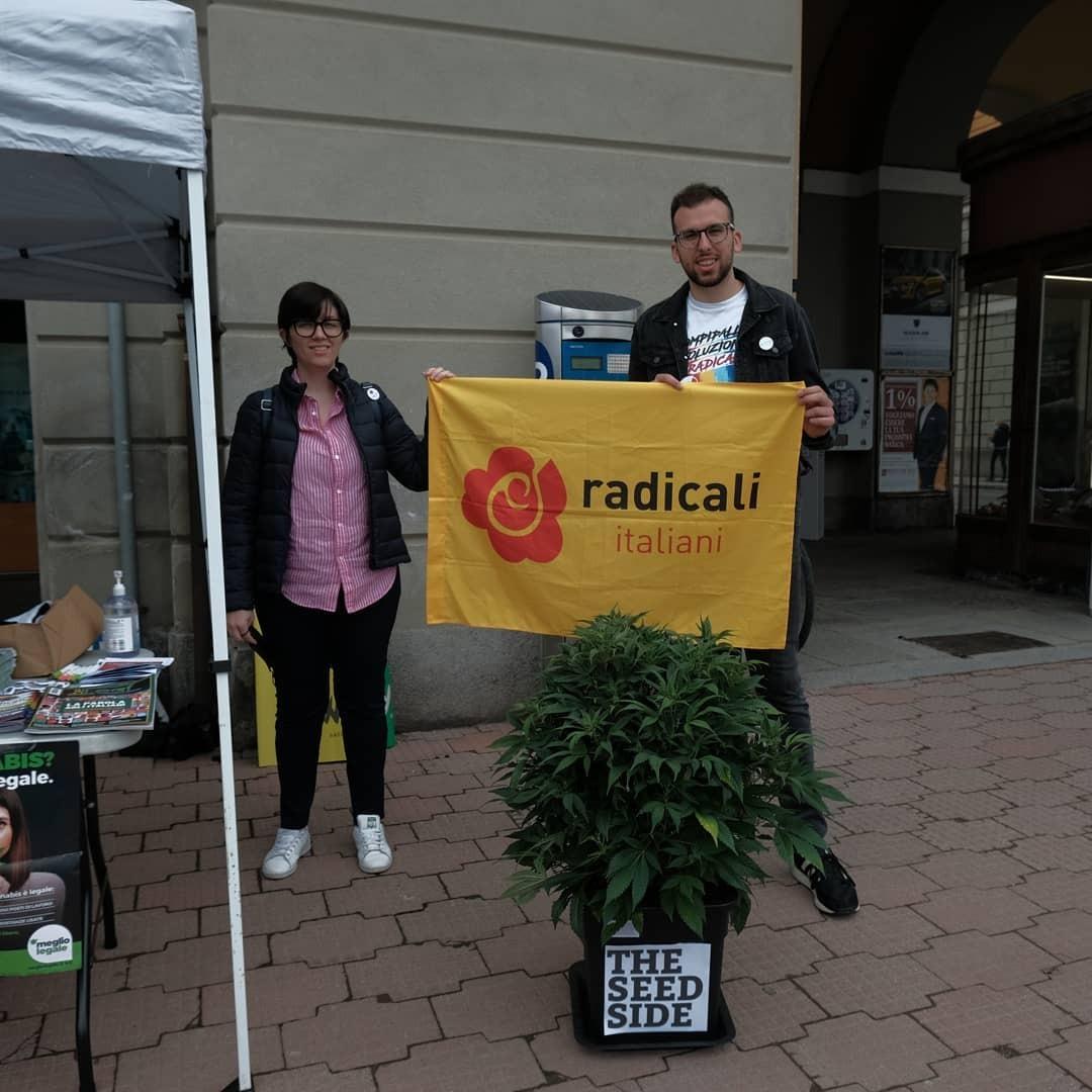 Cuneo, i Radicali distribuiscono cannabis davanti al Tribunale